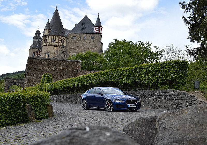 Jaguar XE 01