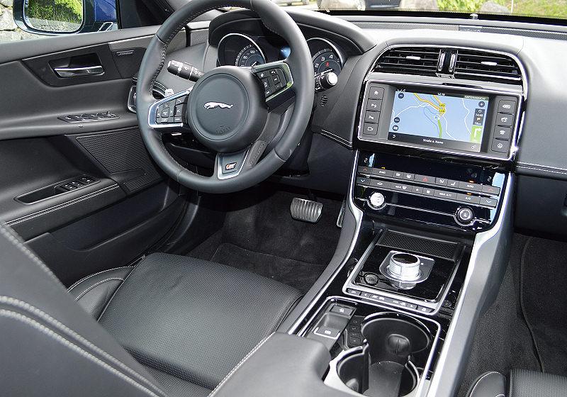Jaguar XE 02